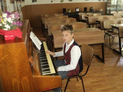 Elevul Alexandru la ora de pian profesor Mioara Barsan