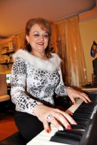 Mioara Barsan la pianina 2