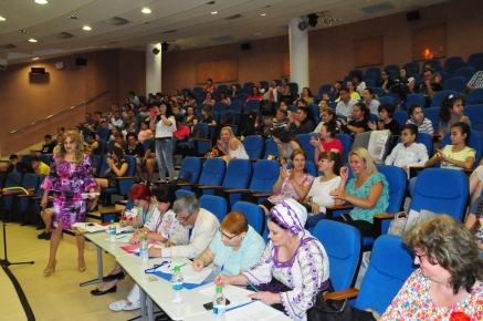 Organizator Mioara Barsan si publicul de la festival
